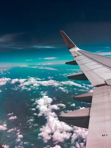 Flygplansvinge i luften